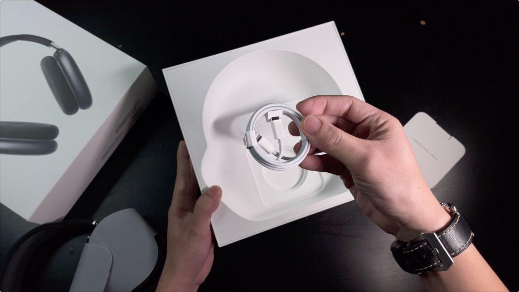 AirPods Max 盒裝的 Type-C to Lightning 傳輸充電線